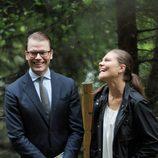 Los Príncipes de Suecia ríen en la inauguración del 'sendero del amor'