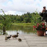 Victoria y Daniel de Suecia con unos patos en la inauguración del 'sendero del amor'