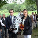 Victoria y Daniel de Suecia con un peluche en la inauguración del 'sendero del amor'