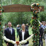 Victoria y Daniel de Suecia ante la cinta inaugural del 'sendero del amor'