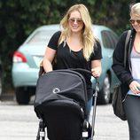Hilary Duff lleva en carricoche a su hijo por las calles de Santa Monica
