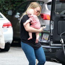Hilary Duff con su hijo Luca Cruz por las calles de Santa Monica