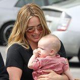 Hilary Duff, embelesada con su hijo Luca Cruz en Santa Monica