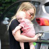 Hilary Duff con su hijo Luca en brazos en Santa Monica
