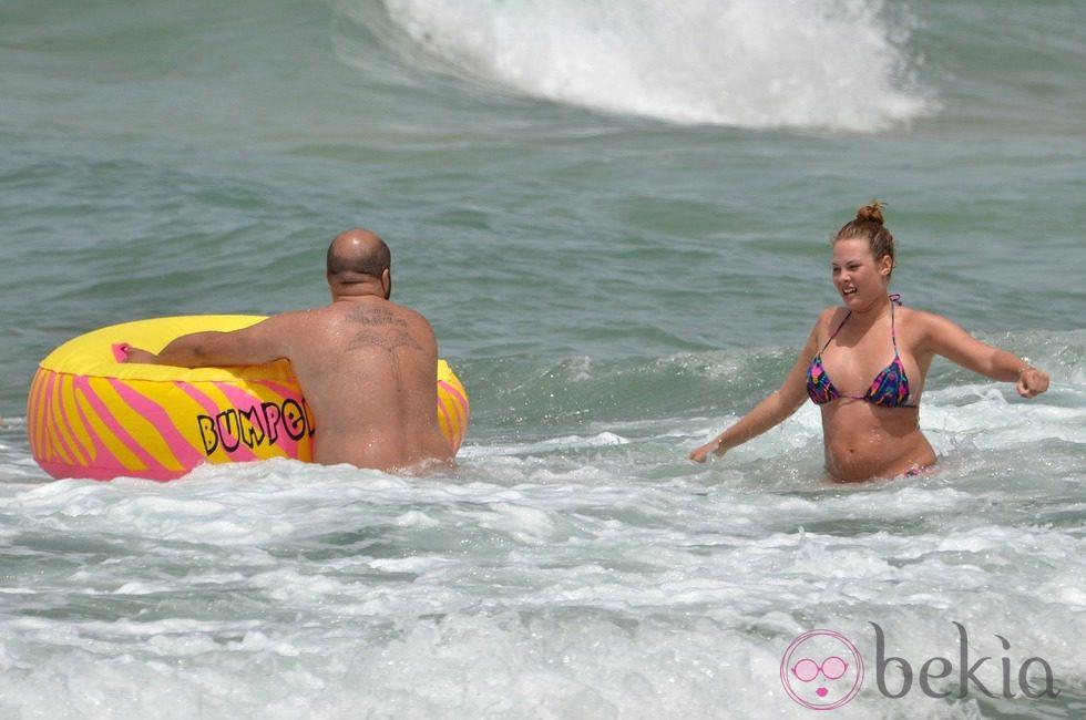 Kiko Rivera y Jessica Bueno embarazada, chapuzón en Cádiz