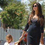 Camila Alves lleva de la mano a su hija Vida McConaughey