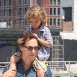 Matthew McConaughey lleva subido a su hijo Levi