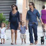 Matthew McConaughey y Camila Alves pasean con sus hijos y su perro