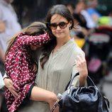 Suri Cruise en brazos de su madre Katie Holmes