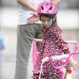 Suri Cruise montando en bicicleta