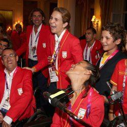 La Infanta Elena ríe junto a sus hijos y los deportistas paralímpicos en Londres 2012