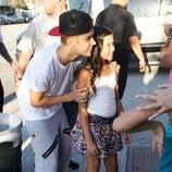 Justin Bieber se hace una foto con una de sus fans