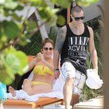 Casper Smart y Jennifer Lopez disfrutan de un día de piscina