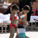 Los hijos de Jennifer Lopez y Marc Anthony, Emme y Max, disfrutando de un día de piscina