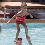 Casper Smart y Emme, la hija de Jennifer Lopez, disfrutando de un día de piscina