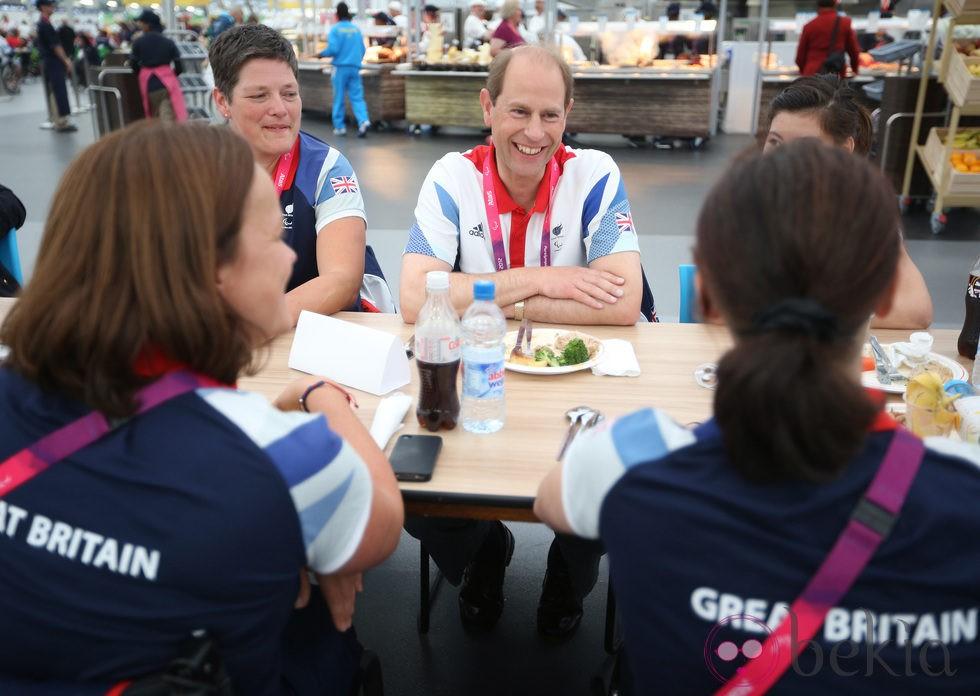 El Príncipe Eduardo come con los deportistas paralímpicos en Londres 2012