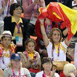La Infanta Elena agita una bandera de España junto a sus hijos en los Paralímpicos de Londres 2012
