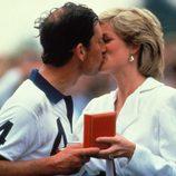 El Príncipe Carlos y Lady Di dándose un beso
