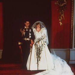 Foto oficial del Príncipe Carlos y la Princesa Diana el día de su boda