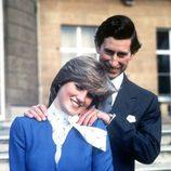 El Príncipe Carlos y Lady Di el día del anuncio de su compromiso