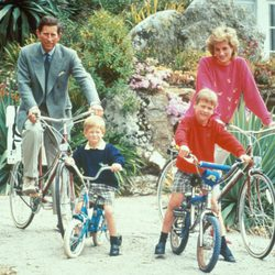 Los Príncipes Carlos y Diana con sus hijos Guillermo y Enrique