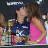 Víctor Vargas y Beatriz Hernández besándose en la final de Polo de Sotogrande