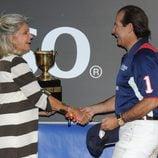 Beatriz de Orleans entrega la copa a Víctor Vargas en la final de Polo de Sotogrande