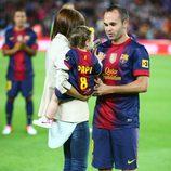 Andrés Iniesta con Anna Ortiz y su hija Valeria en el Camp Nou