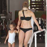 Jennifer Lopez en bikini junto a su hija Emme durante un día de piscina