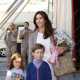 Mary de Dinamarca con sus hijos Christian e Isabel en el circo