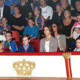 La Princesa Mary de Dinamarca con sus hijos en el circo Dannebrog