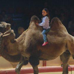Isabel de Dinamarca montada en un camello en el circo