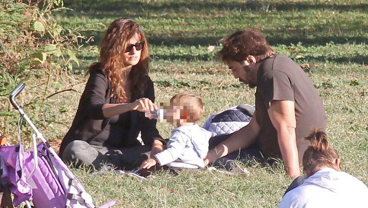 Penélope Cruz y Javier Bardem con su hijo Leo en el Park Villa Pamphilj Rome