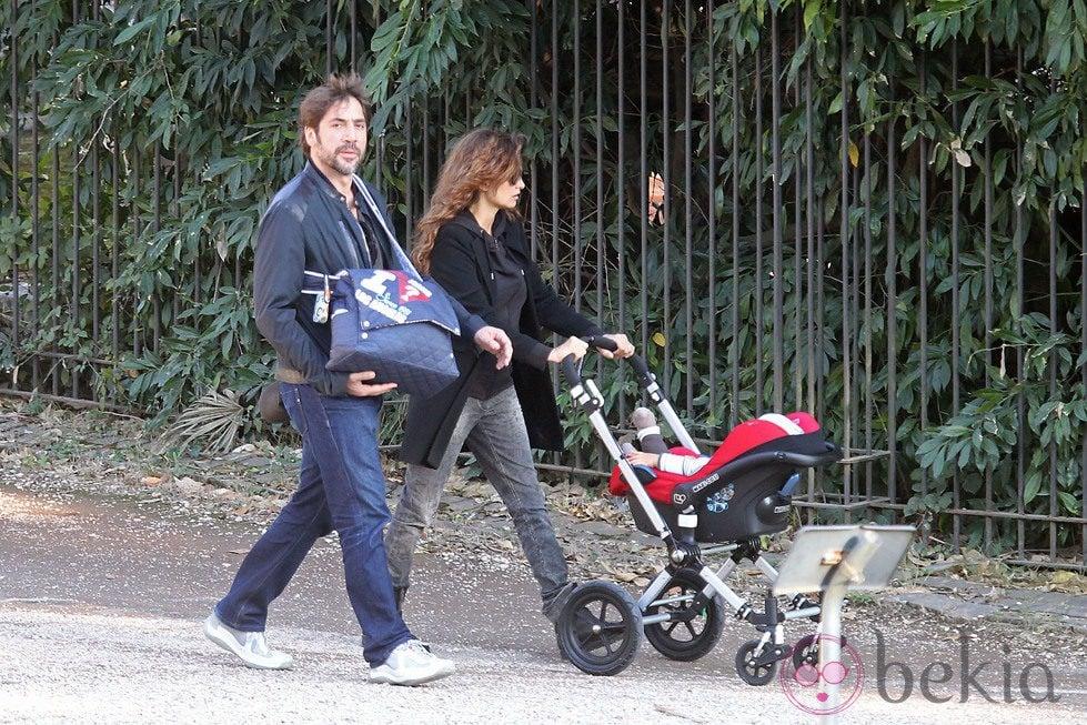 Penélope Cruz y Javier Bardem paseando a su hijo Leo por el parque