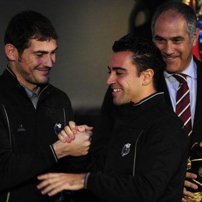 Iker Casillas y Xavi Hernández saludándose afectuosamente