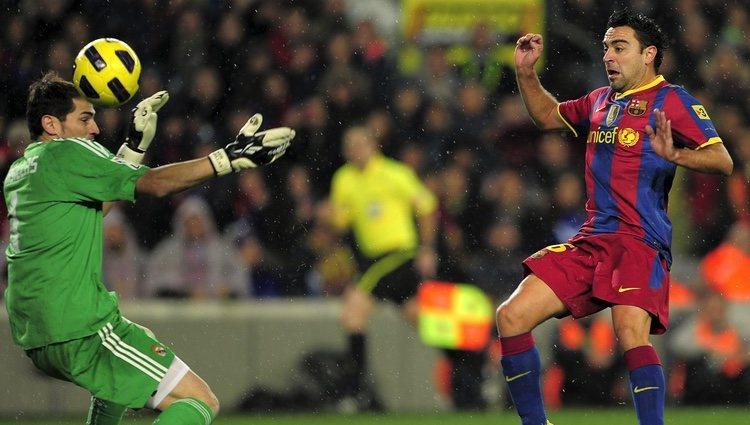 Iker Casillas y Xavi Hernández en un Real Madrid-Barça