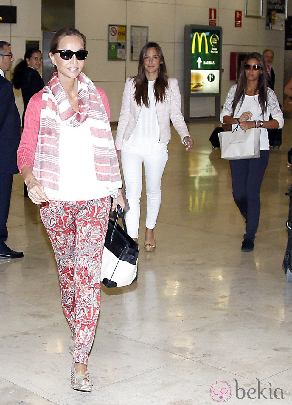 Isabel Preysler, Tamara Falcó y Ana Boyer en el aeropuerto de Barajas