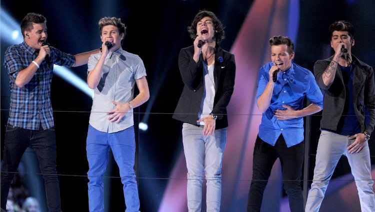 One Direction actuando en la gala de los MTV Video Music Awards 2012