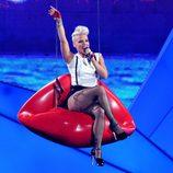Pink durante su actuación en los MTV VMA 2012