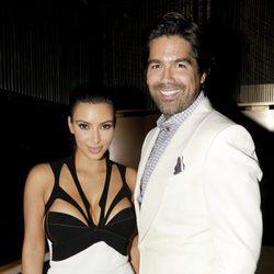 Kim Kardashian y Brian Atwood en la inauguración de la tienda de Atwood