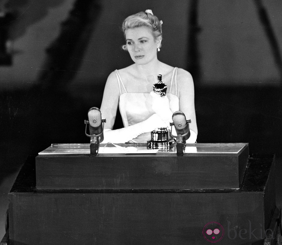 Grace Kelly recoge el Oscar recibido por 'La angustia de vivir' en 1955