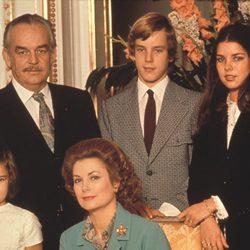 Rainiero y Grace de Mónaco con sus hijos Carolina, Alberto y Estefanía