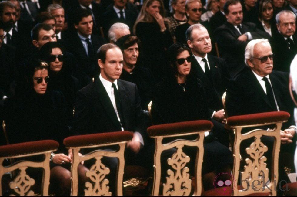 Rainiero, Carolina, Alberto y Estefanía de Mónaco en el funeral de Stefano Casiraghi