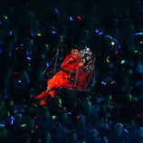 Rihanna desciende al escenario del Estadio Olímpico en la clausura de los Paralímpicos de Londres 2012