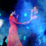 Rihanna y Chris Martin de Coldplay cantando en la clausura de los Juegos Paralímpicos de Londres 2012