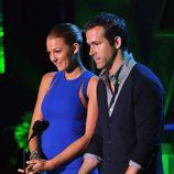 Blake Lively y Ryan Reynolds presentando la gala de 2011 MTV Movie Awards