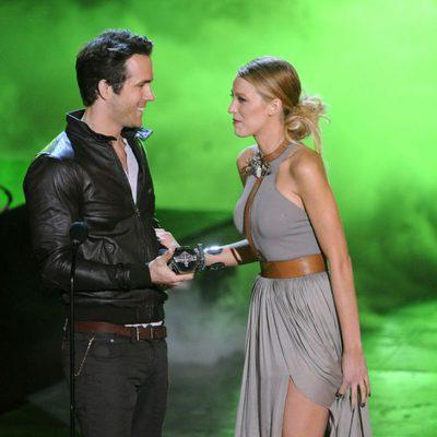 Ryan Reynolds acepta el premio que le entrega su mujer Blake Lively