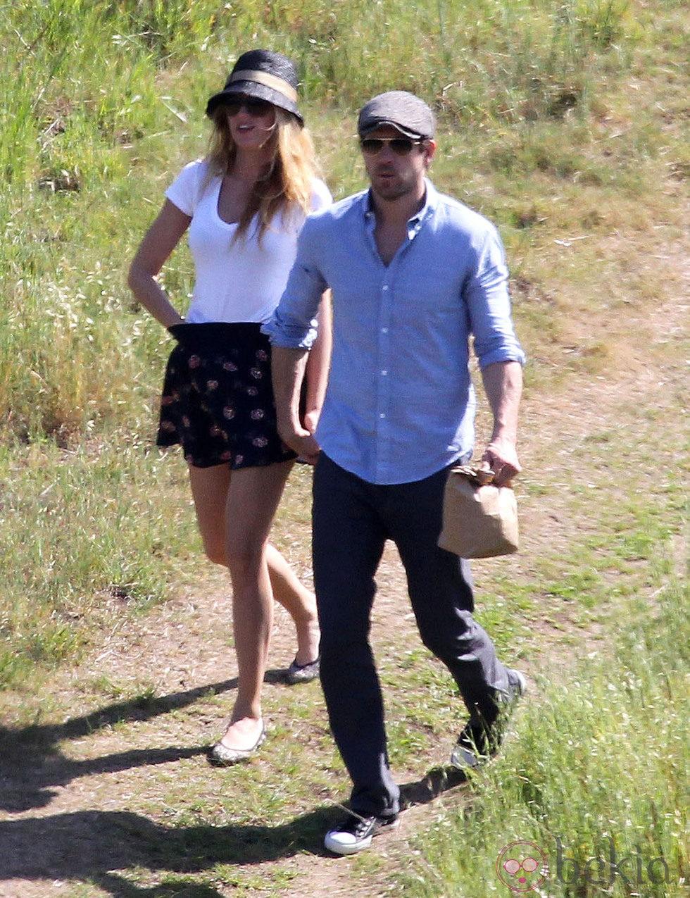 Blake Lively y Ryan Reynolds cogidos de la mano de paseo en Los Ángeles