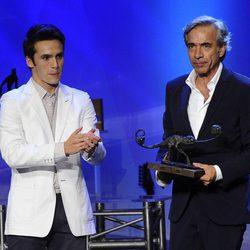 Imanol Arias recibe un premio de manos de Ricardo Gómez en la clausura del FesTVal de Vitoria 2012