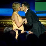 Mercedes Milá besa a Luis Larrodera en la ceremonia de clausura del FesTVal de Vitoria 2012